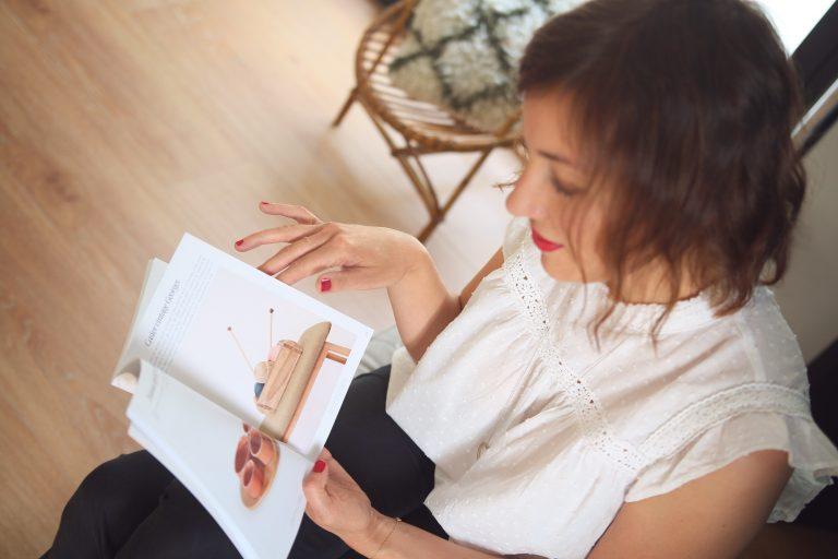 Cliente regardant le catalogue Les Décos d'Axelle