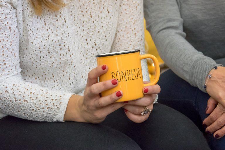 Cliente utilisant le mug Bonheur jaune Les Décos d'Axelle